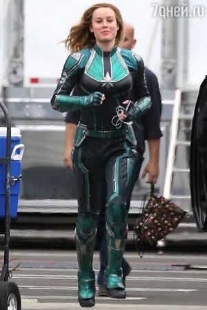 Капитан Марвел обладает невероятными способностями и скорее всего, станет решающим козырем в борьбе с Таносом (супергероиню играет обворожительная Бри Ларсон)