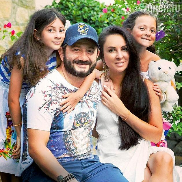 Михаил Галустян с женой Викторией и дочерьми Эстеллой и Элиной