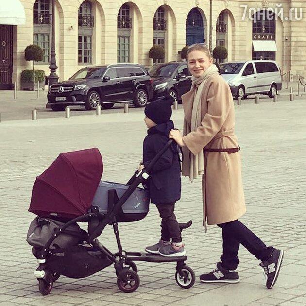 Оксана Акиньшина с сыном Константином и дочкой Эмми