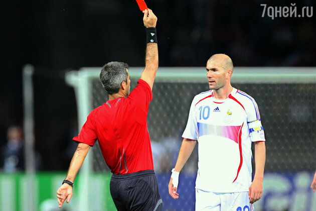 Зинедин Зидан получает красную карточку за удар головой Марко Матерацци