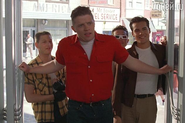Одного из дружков Биффа Таннена сыграл начинающий актер Билли Зэйн — будущая звезда «Титаника» (на фото справа)