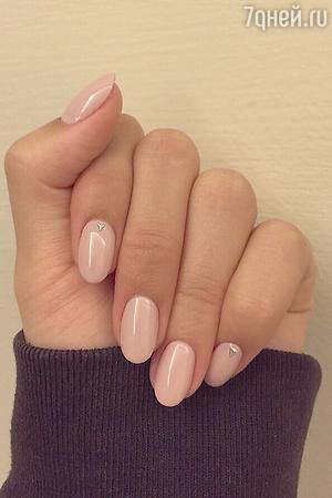 Аккуратные ногти миндальной формы средней длины нравятся мужчинам.