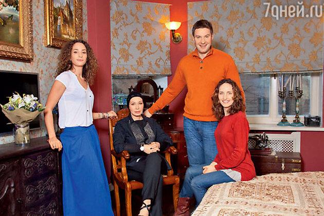 Татьяна Васильева с сыном Филиппом, дочкой Елизаветой и невесткой Анастасией Бегуновой