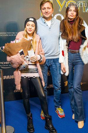 Артем Михалков с подругой Дарьей Баженовой и дочерью Наташей