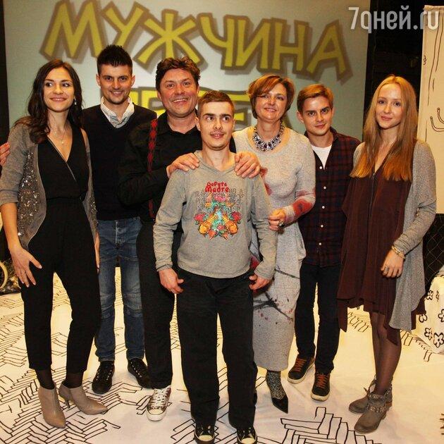 Сергей и Наталья Белоголовцевы с сыновьями Евгением (в центре), Никитой (слева) и его женой Людмилой и Александром (справа) и его невестой Ольгой Голуцкой