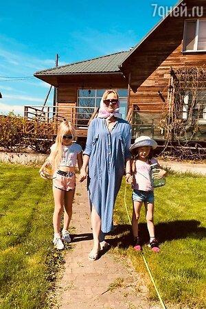 Елена Шевченко с внучками Александрой и Стефанией