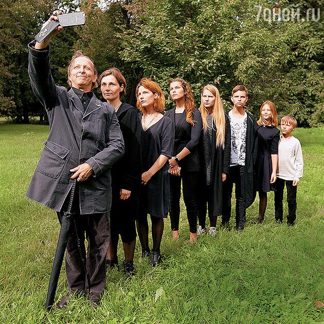 Иван Охлобыстин с женой и детьми — Анфисой, Евдокией, Варварой, Василием, Иоанной и Саввой