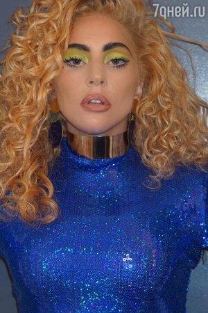 """Леди Гага с укладкой """"мелкий бес"""""""