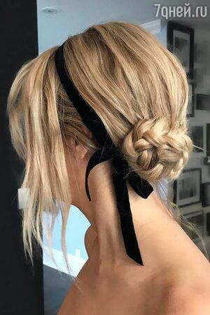 Низкий пучок из косы, украшенный лентой