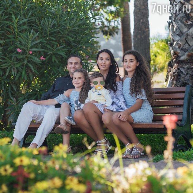 «Мальчик украсил семью!» Алсу поделилась уникальным фото с сыном