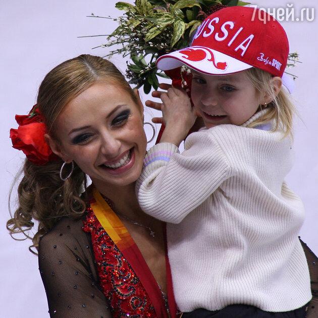 Татьяна Навка с дочкой Сашей после победы на ХХ зимних Олимпийских играх