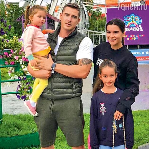 Ксения Бородина с мужем Курбаном Омаровым, дочками Теей и Марусей