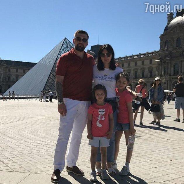 Баста с женой Еленой и дочками Марией и Василисой