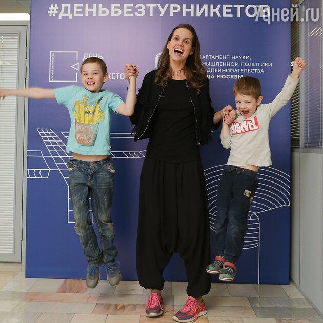 Наталия Лесниковская с сыновьями
