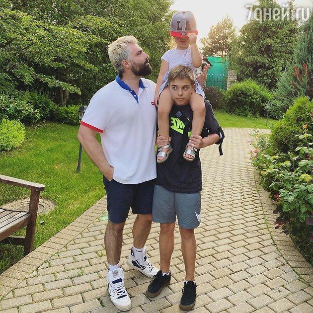 Дмитрий Исхаков с дочерью Мией и пасынком Андреем