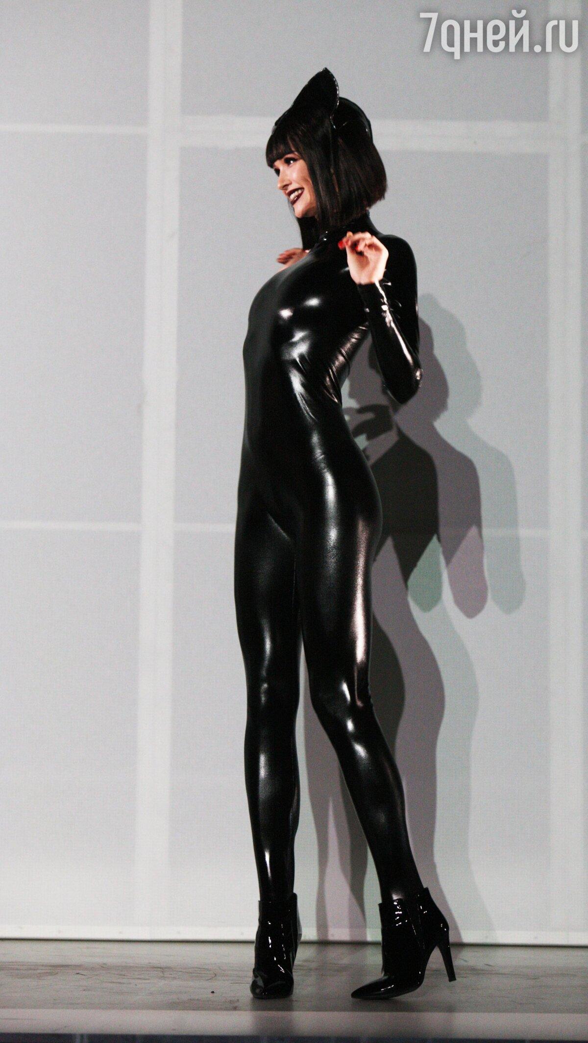 Обтягивающий костюм эротичной женщины