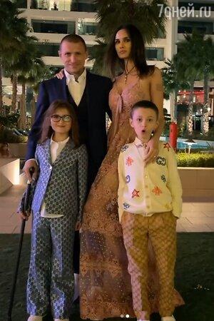 Павел Мамаев с женой и детьми