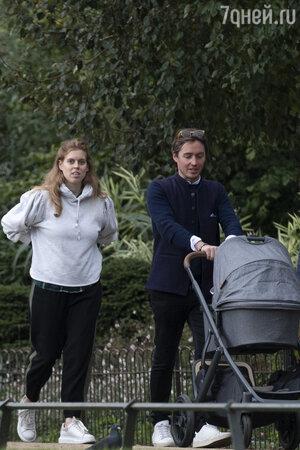 Принцесса Беатрис с мужем Эдоардо и дочкой Сиенной - фото