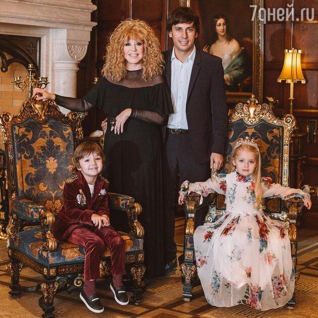 Алла Пугачева и Максим Галкин с детьми: Лизой и Гарри