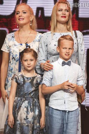 Мария Порошина с дочкой Аграфеной и Олеся Судзиловская с сыном Артемом