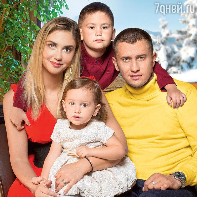 Агата Муцениеце и Павел Прилучный с детьми — Мией и Тимофеем